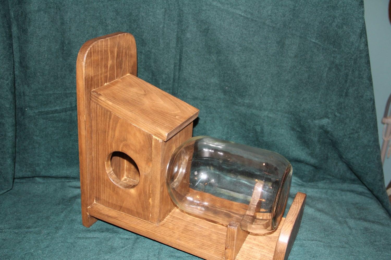 mangeoire d 39 cureuil jouent dans le bocal en verre. Black Bedroom Furniture Sets. Home Design Ideas