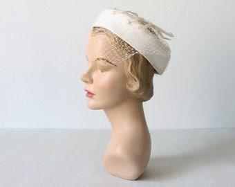 Vintage 1950s Hat / Wedding Hat / White Hat with Veil / White Fascinator / Talc