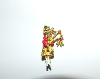 Highland Vintage Kilt Bagpipe Scottish Lass Scotland Pin Brooch Enamel (S1914)