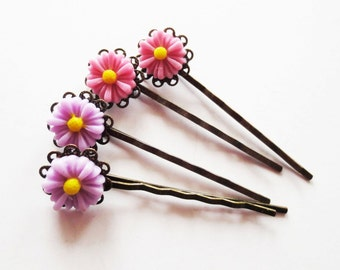 Daisy bobby pins.  Daisy hairpins.  Flower bobby pins.  Flower hairpins.  Pink hairpins.  Lavender hairpins.  Antiqued bronze hairpins.