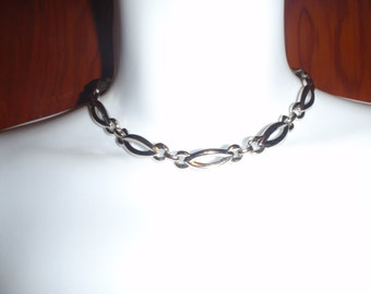 Vintage Choker Necklace with a Silver Tone Shine for Young Women