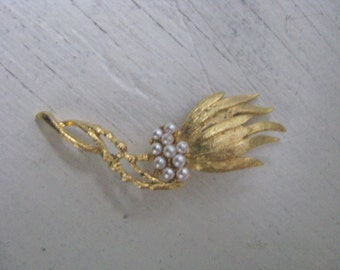 Lovely vintage gold tone abstract flower pin brooch with faux pearls