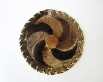 Vintage COW HIDE patchwork MAT⎮round with spiral⎮black brown beige⎮wall hanging⎮rustic decor⎮ campagne cottage chic