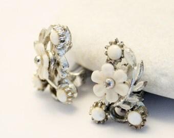 Vintage earrings. White flower earrings. . Clip on earrings.
