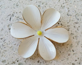 """Vintage Signed """"SANDOR"""" 6 Petal White Flower Yellow Center Brooch Pin  2"""" excellent condition"""