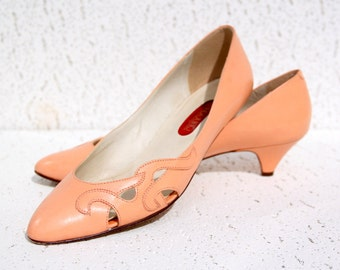 Dainty Peach High Heel Shoes - Swirly Detail at Toe - Vintage Bandolino - Size 7.5 M (USA) - Good Condition