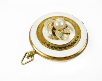 Vintage Mirror Compact, Gold and White with Faux Pearl Flower Embellishment - Compacte et de Miroir.
