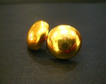 Stud earrings in gold made of vintage buttons