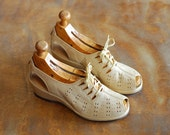 vintage 1940s shoes / 40s tan peep toe wedge oxfords / size 5.5