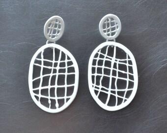 drop post earrings in white, net earrings with cross hatch pattern, modern minimalist earrings, handmade is Limoilou, Quebec, wire work