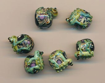 Four delightful lampwork glass beads with tree frogs - 20 x 17 mm