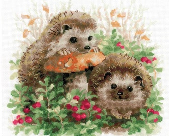 Hedgehogs In Lingonberries Cross Stitch Kit By Riolis 25 x 25cm On 14 Count Aida