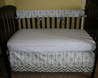 Bumperless Crib Set in Premier White with Gray Arrow/Gray Zigzag