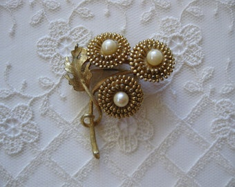 vintage. BROOCH. gold tone. BOUQUET. flowers. PEARL. 1960s.
