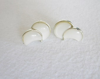 Vintage Lisner Moon Glow White Lucite and Silvertone Screw Back Ear Rings, Vintage Screwback Earrings