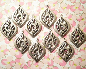 10 Silverplated 32mm Flower Pendants