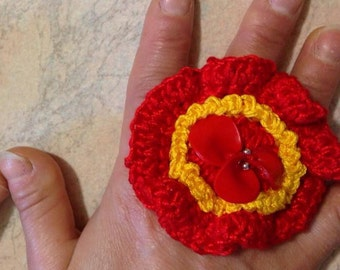 Cotton crocheted ring with petals in recycle plastic.