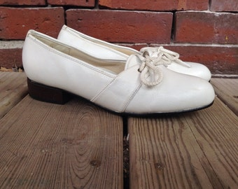 Comfort-well white saddle shoes 7 wide white flats