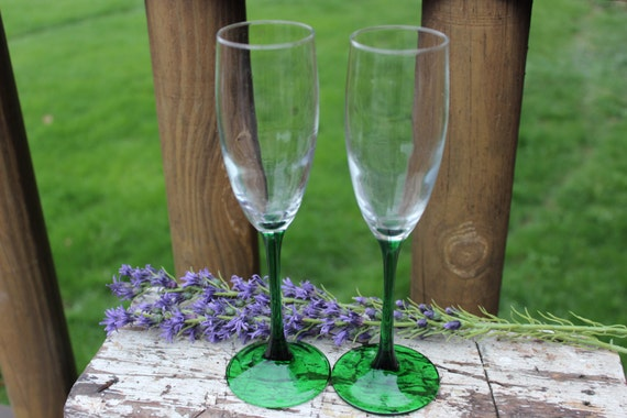 2 vintage green long stemmed champagne flutes arcoroc france. Black Bedroom Furniture Sets. Home Design Ideas