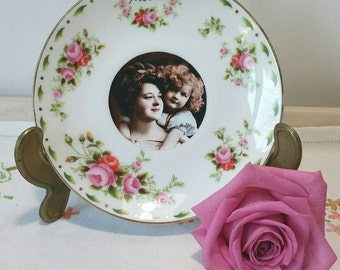 Pretty Decorative Wall Plate with vintage image of mother and daughter and beautiful pink roses and the word mother in gold gilding. PP024.