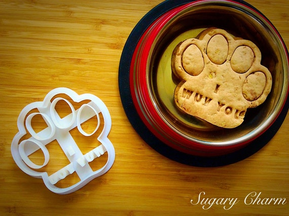 Personalized paw biscuits, cookie cutter