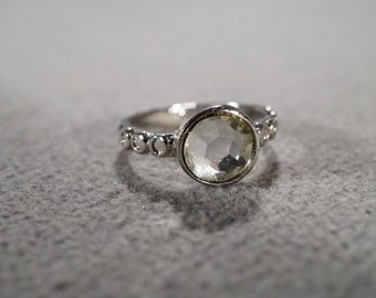 Vintage silver tone fashion ring with faceted round glass bead and decorative band, size 8  M2