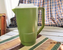 Vintage Rubbermaid Party Plan 2.25 qt Avacado Forest Green Pitcher with White Lid
