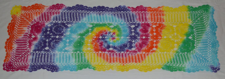 Chemin de table napperon d 39 arc en ciel tie dye crochet - Napperon crochet chemin de table ...