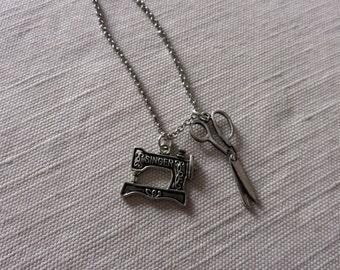 Collana con ciondoli macchina da cucire Singer e forbici --- Silver Sewing Machine & Scissors necklace