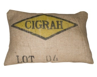 Cushion made with recycled coffee sack fabric CIGRAM. Size 40x60cm/ 16x24 inch. Insert included.