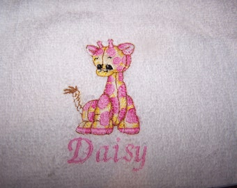 Personalised embroidered bath towel with a pink giraffe (100% cotton)