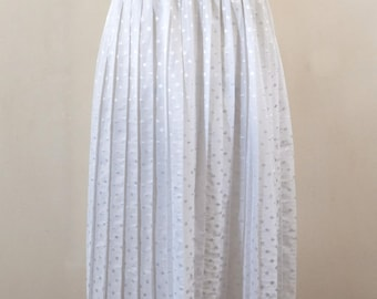 Flowy white pleated skirt dots