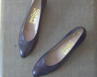 SALE Vintage Salvatore Ferragamo Dress Shoes / pointed pumps / Genuine Leather / Navy Blue / Italian / Mid Heel / 8 AAA Narrow Saks 5th Aven