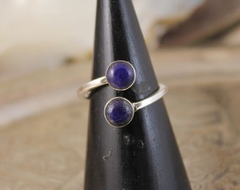 Adjustable ring with her duo of lapis-lazuli