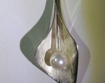 Silver pendant, with calla flower hand forged with a pearl