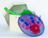 Stirling - Pamela azul y fucsia, tocado de plumas, pamela azul para invitada, invitada boda, pamela para madrina, boda de dia, tocado azul