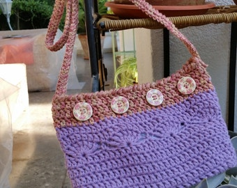 Small sac bandoulière crochet with a long shoulder strap, closed by buttons