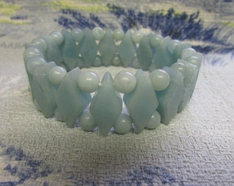 Vintage carved polished stone diamond-shape & bead elasticated bracelet, peppermint tones