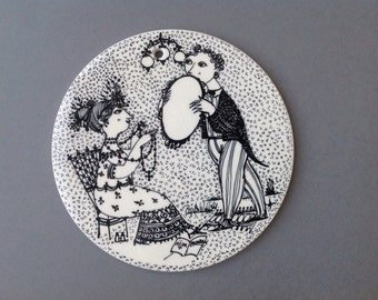 September. Wall hanging plaque Nymølle by Bjørn Wiinblad no 3013-9. Mid century pottery.