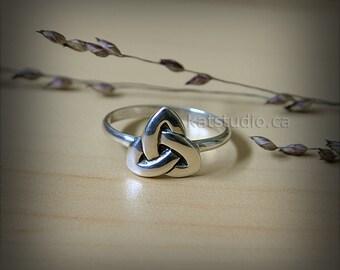 Celtic triangle ring, sterling silver, celtic knot ring, Infinity knot, silver ring, celtic jewelry, triangle ring bague celtique, Katstudio