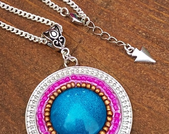 Sautoir style hippie chic en perles de rocailles et cabochon bleu en verre