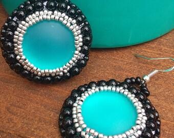 Boucles d'oreilles perles de rocailles brodees et cabochon turquoise