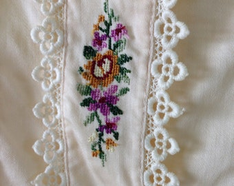 70s Sweet Embroidered Vintage Blouse Needlepoint Embroidery - Cream Cotton - Lace Trim M / L Euro 44