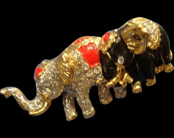 VINTAGE Mother and baby elephant pin in Enamel with rhinestones