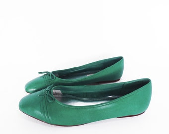 80's JADE GREEN skimmer flats // vintage ballet flats // green leather shoes // women's size 8 / 8.5