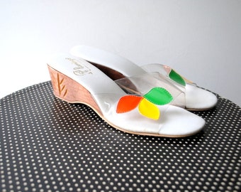 Summer  vintage 80s clear vinyl , wedge  wood  and multicolor aplique sandals. Made by Flamingo in USA.Size 38