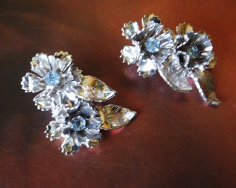 Wedding vintage 50s rhodium flowers clip on earring with a blue rhinestones. Made by Coro.Mint condition.