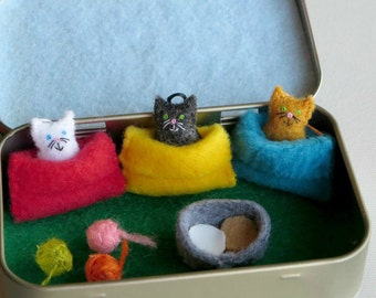 Cats in snuggle bags felt plush Altoid tin play set -  balls of yarn and food bowl