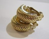 vintage curved gold tone small ridged clip on earrings 415D