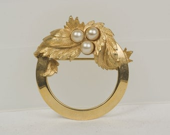 Vintage Gold brooch Sarah Coventry Circle of goldtone metal with leaves and pearls